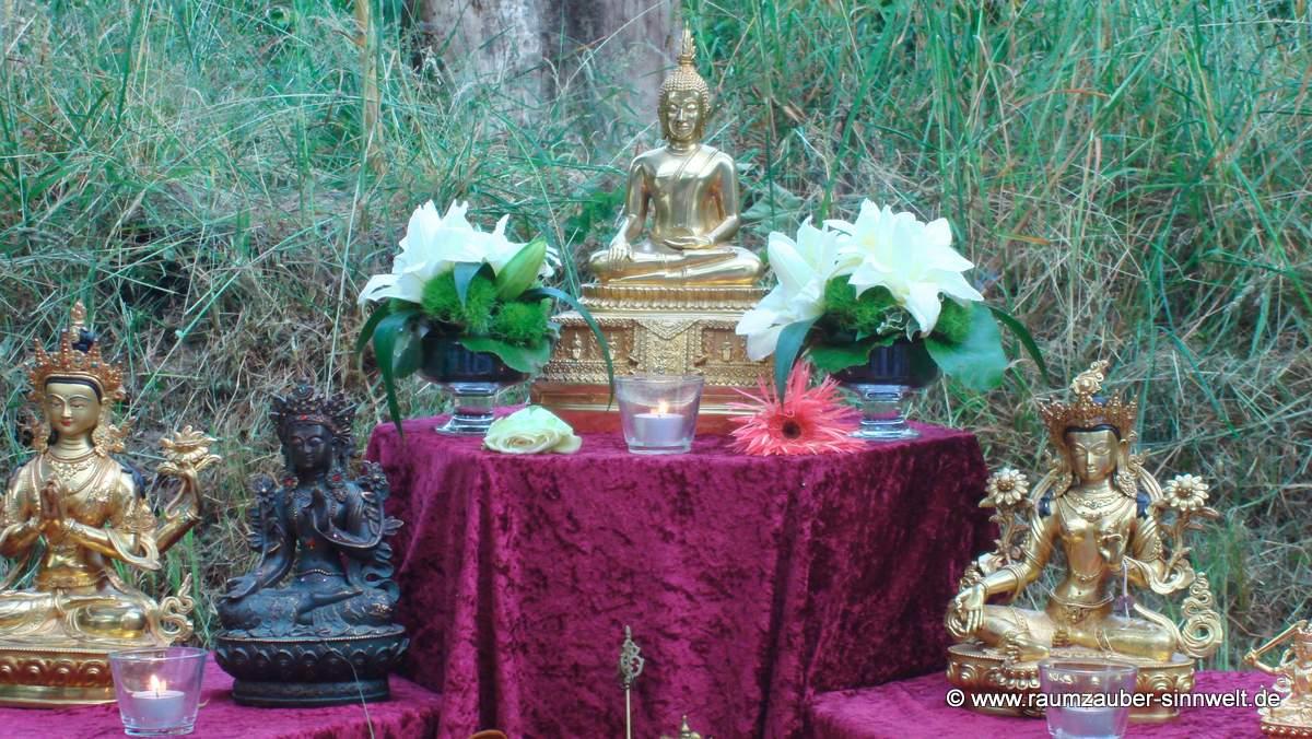 buddhistischer Altarschmuck mit Lilien