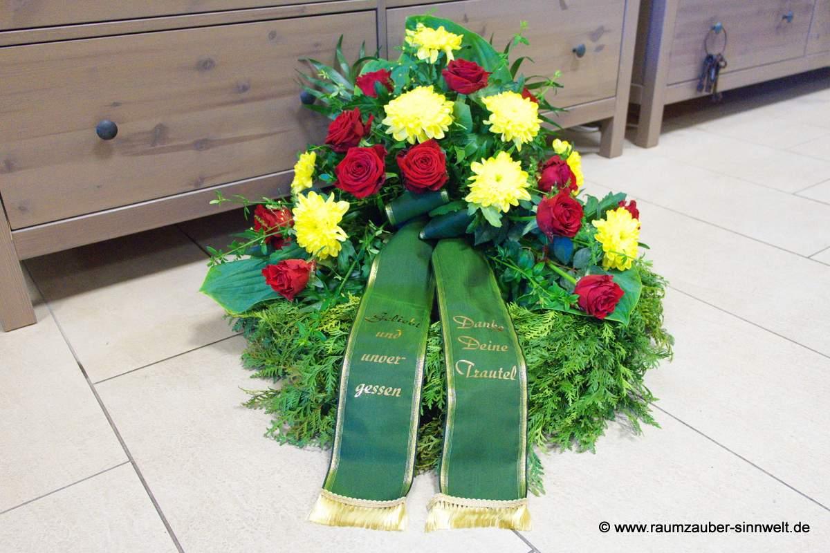 Trauerkranz mit Rosen und Chrysanthemen