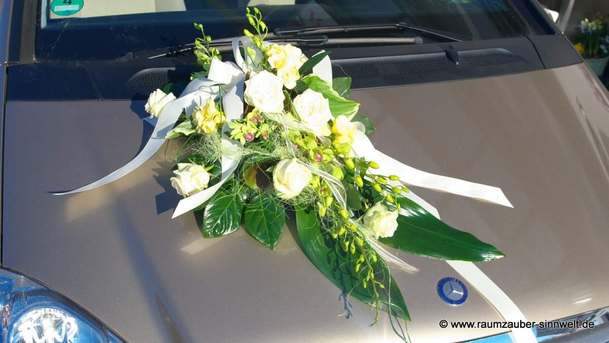 Autoschmuck mit Dentrobien und Rosen