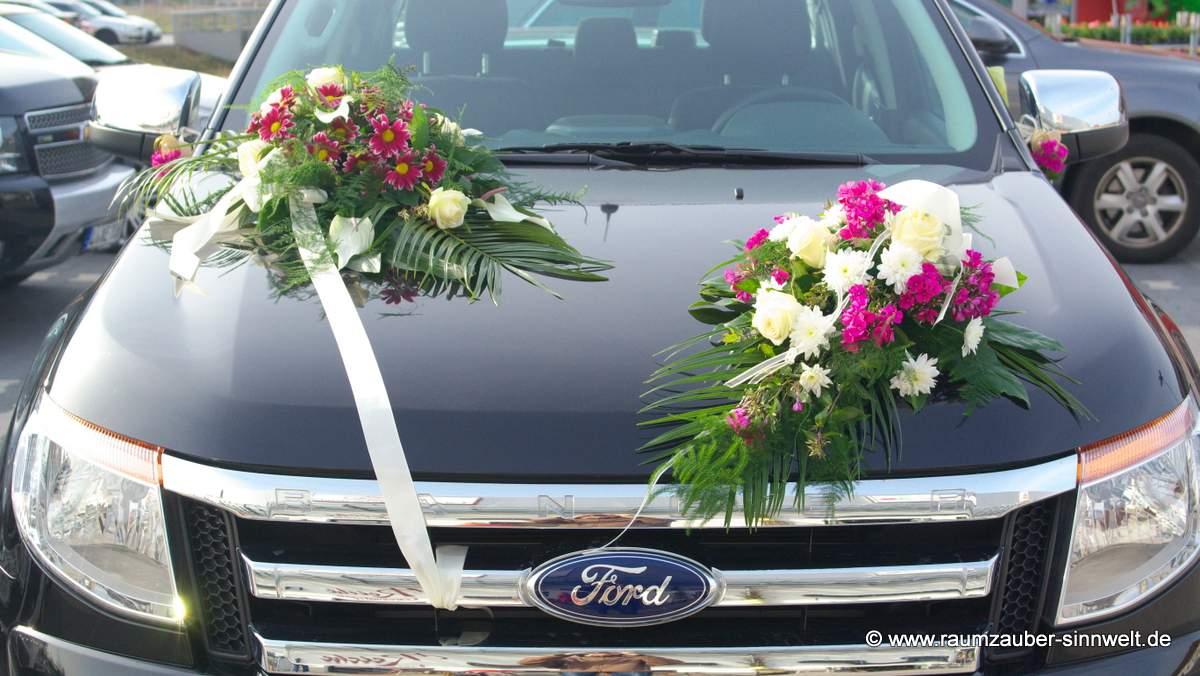 Autoschmuck mit Phlox, Chrysanthemen, Anthurien und Rosen