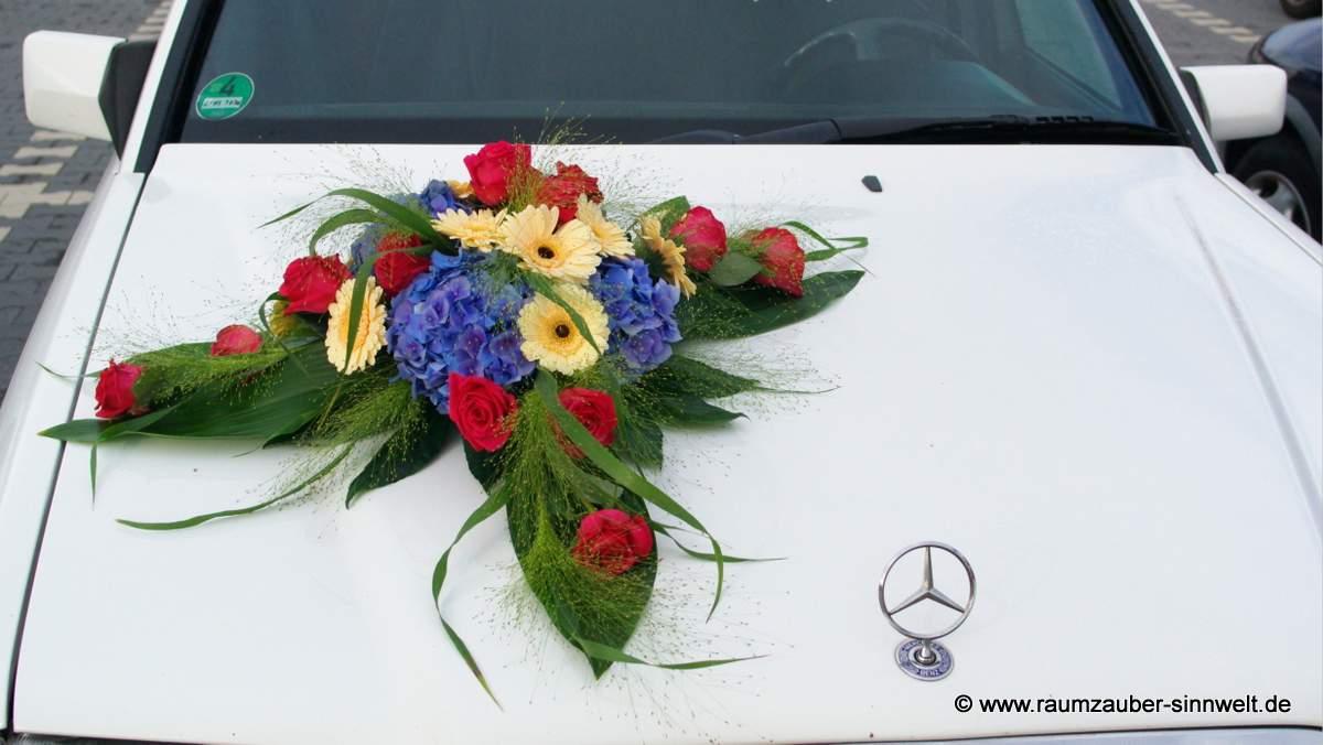 Autoschmuck mit Rosen, Gerbera und Hortensien