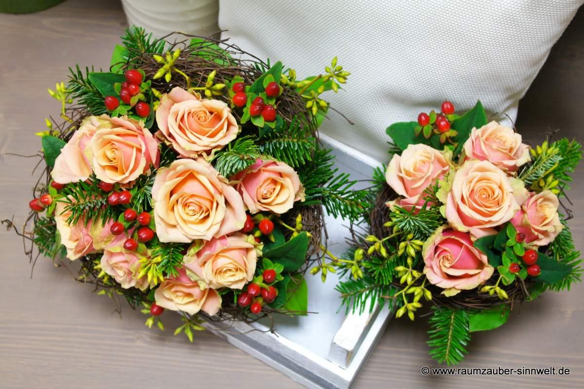 Brautstrauß und Wurfstrauß mit Rosen und Hypericum