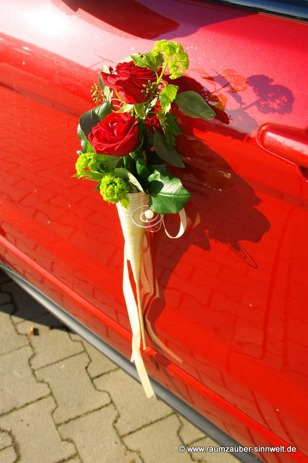 Autotürschmuck mit Rosen und Bändern