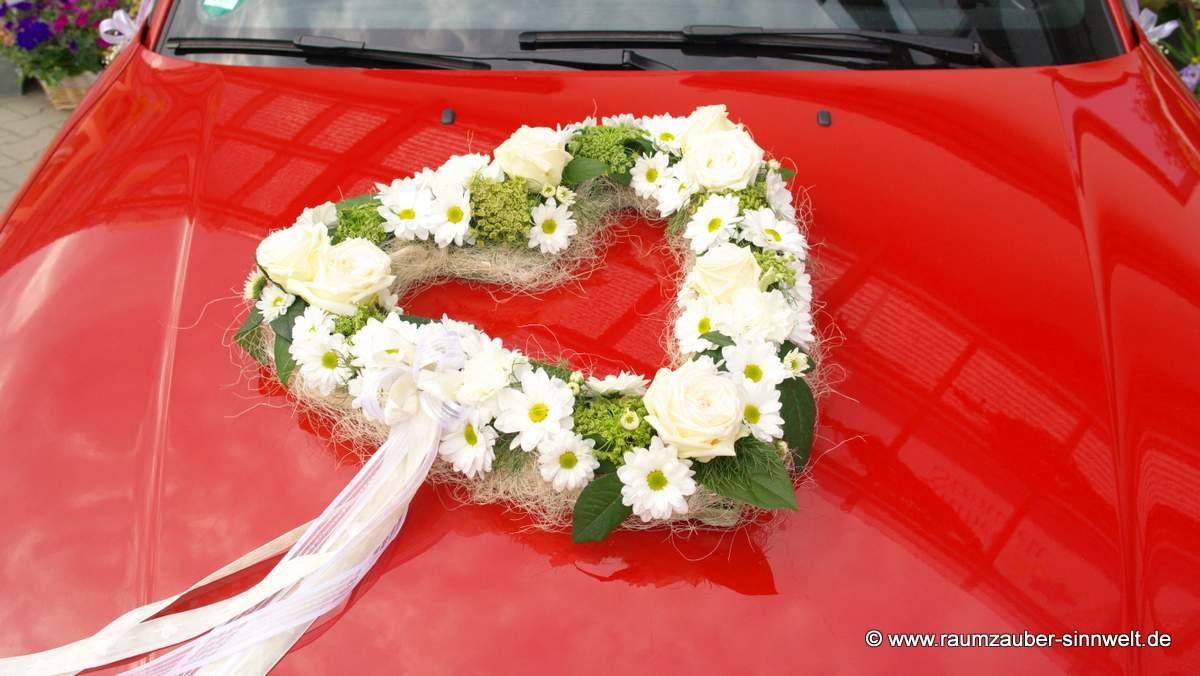 Autoschmuck mit Chrysanthemen, Dill und Rosen