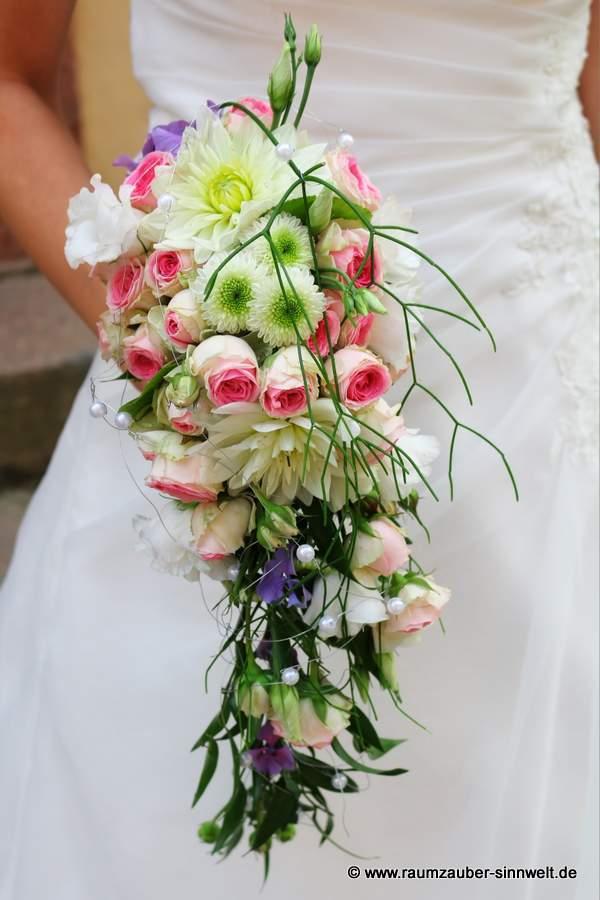 Brautstrauß mit Rosen, Dahlien und Santini