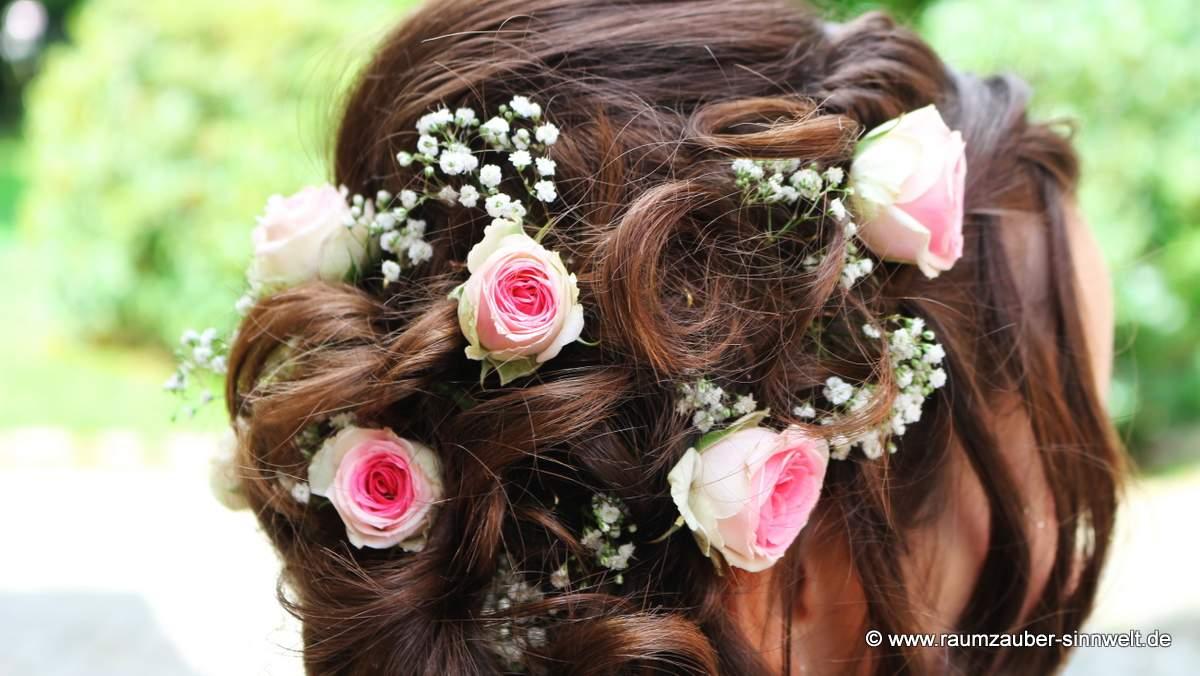 Haarschmuck mit Rosen und Schleierkraut