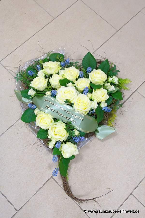 Trauerherz mit weißen Rosen und Traubenhyazinthen