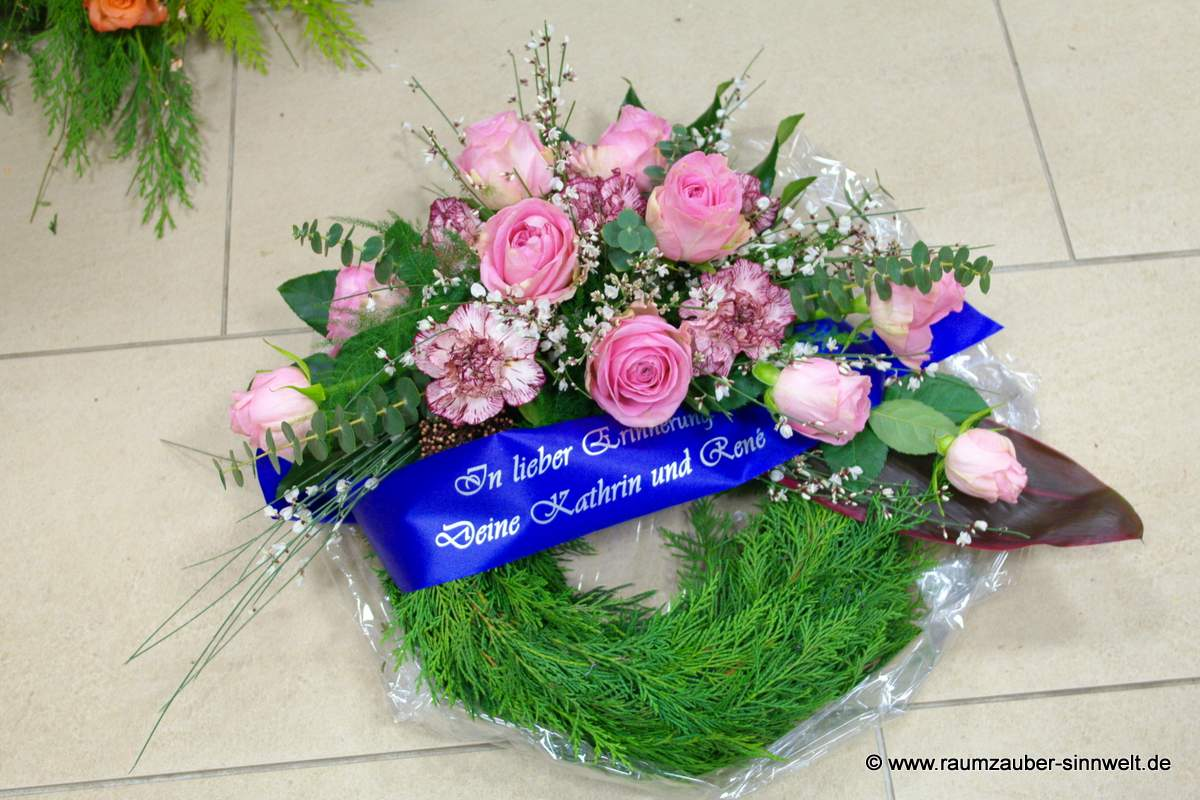 Trauerkranz mit Rosen und Nelken