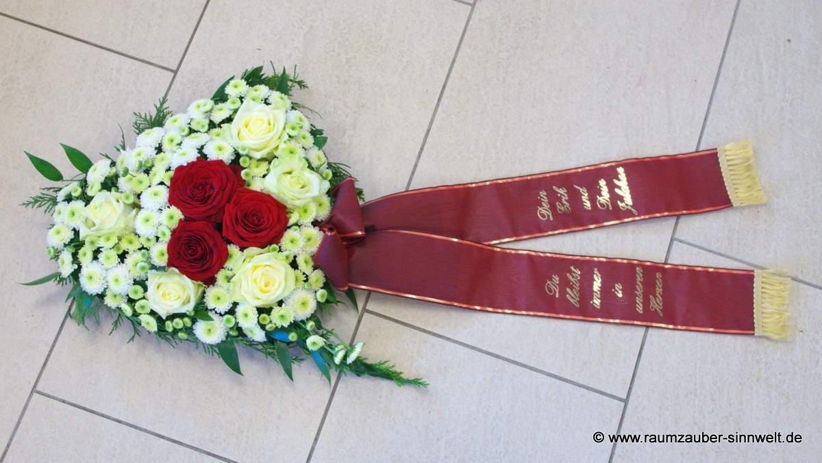 Trauerherz mit weißen und roten Rosen