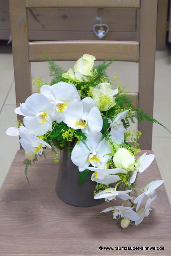 Urnenschmuck mit Orchideen und Rosen