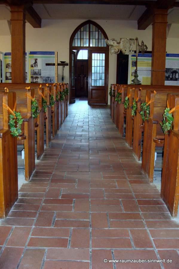 Kirchendekoration mit Efeu und Bändern