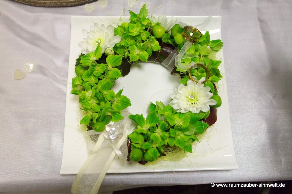 Blütenkranz für die Trauringe