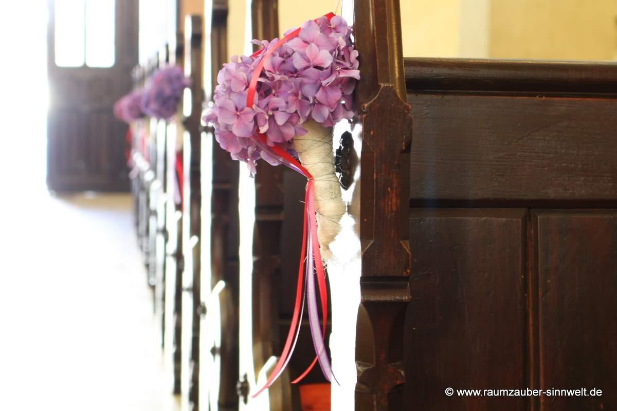 Kirchendekoration mit Hortensien und Bändern
