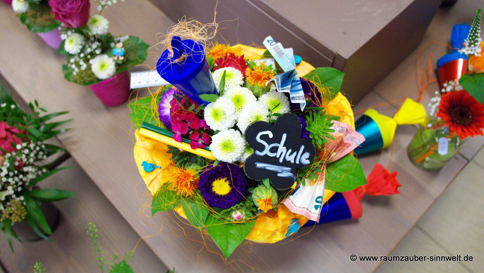bunter Blumenstrauß mit Stiften, Zuckertüte und Geldpräsent