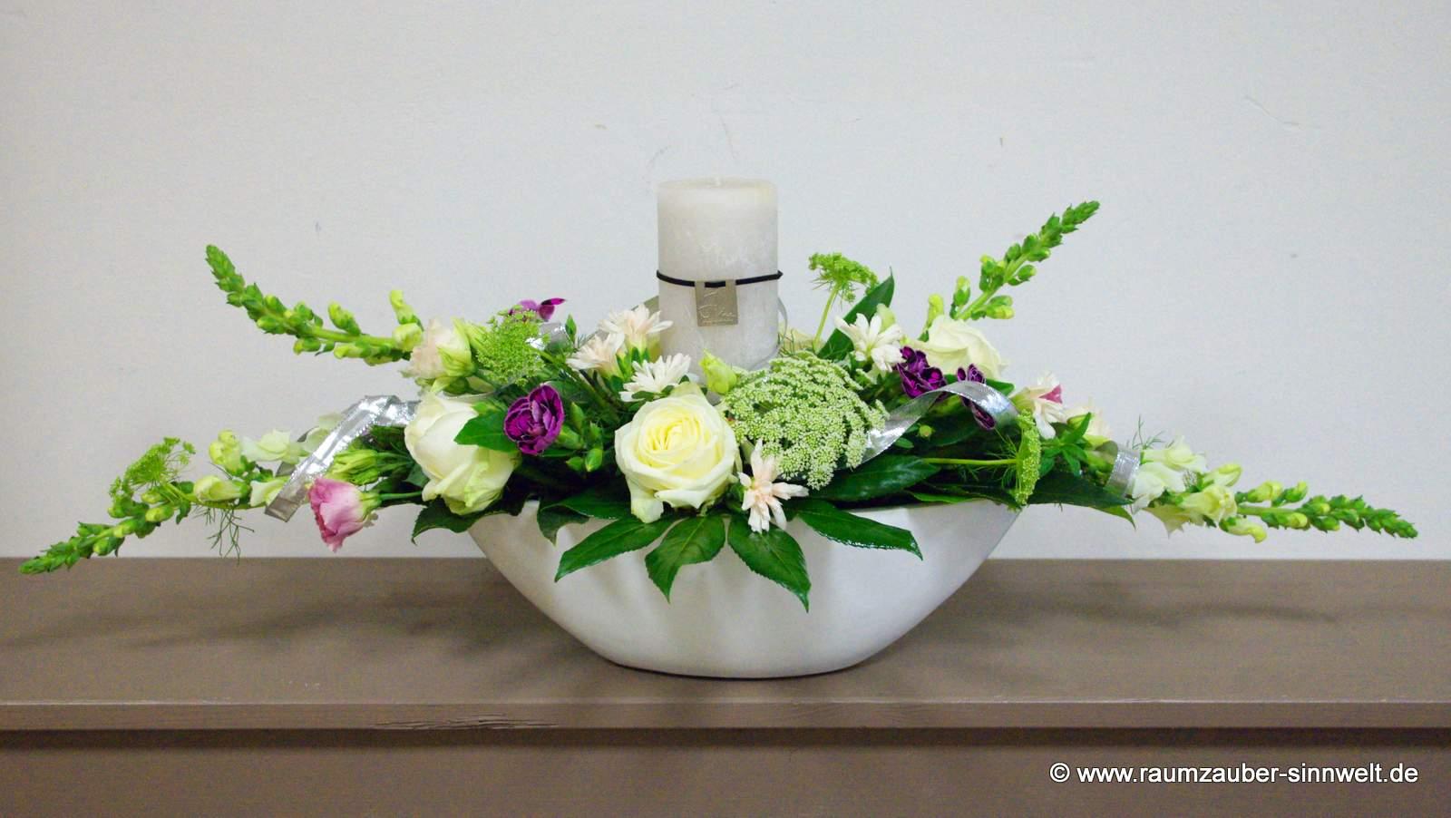 Blumengesteck mit Rosen, Löwenmaul und Kerze