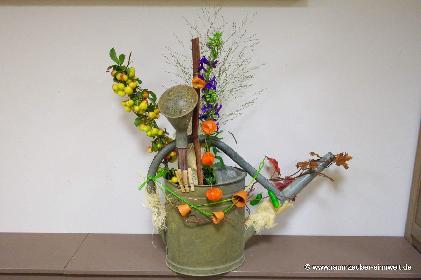 floral dekorierte Blechgiesskanne