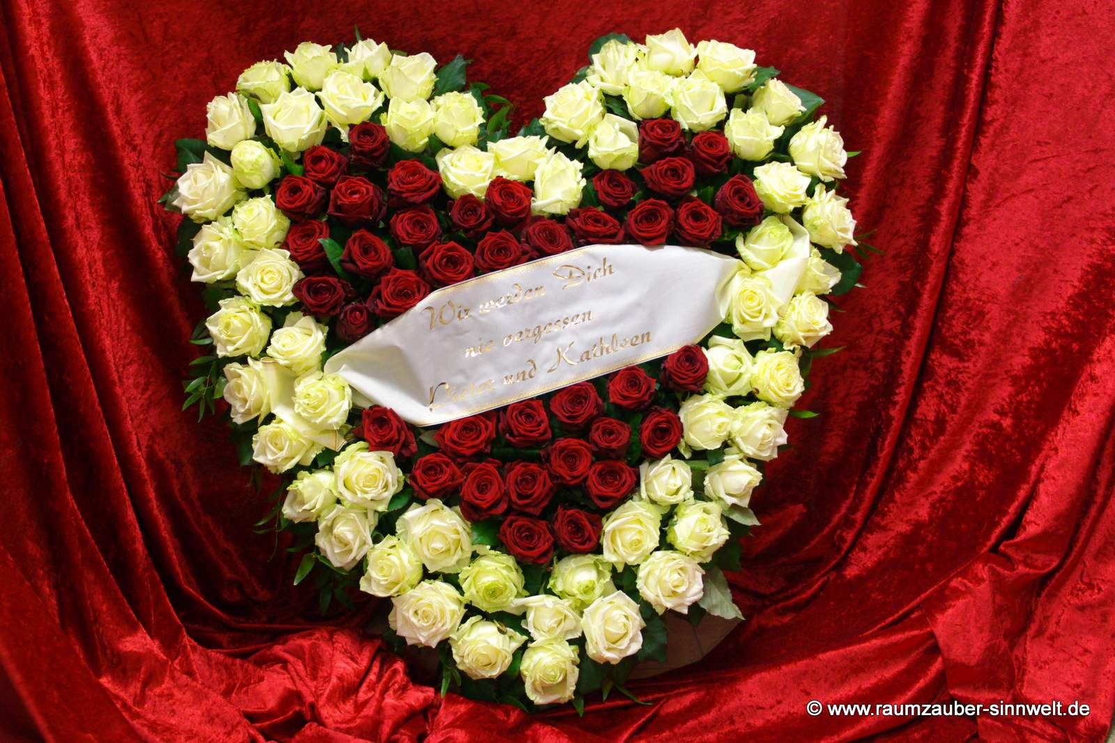 Trauerherz mit roten und weißen Rosen