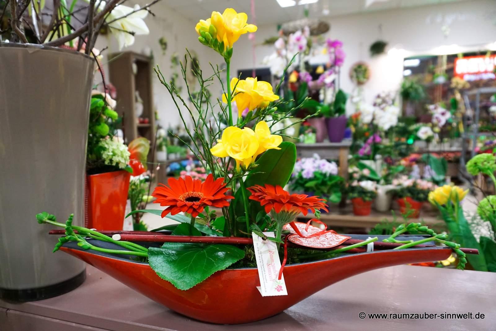 Blumengesteck mit Freesien und Gerbera