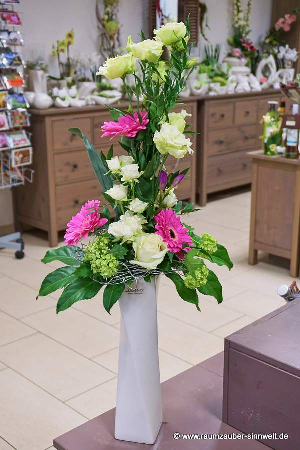versetzt gebundener Strauß mit Rosen, Freesien, Eustoma und Gerbera