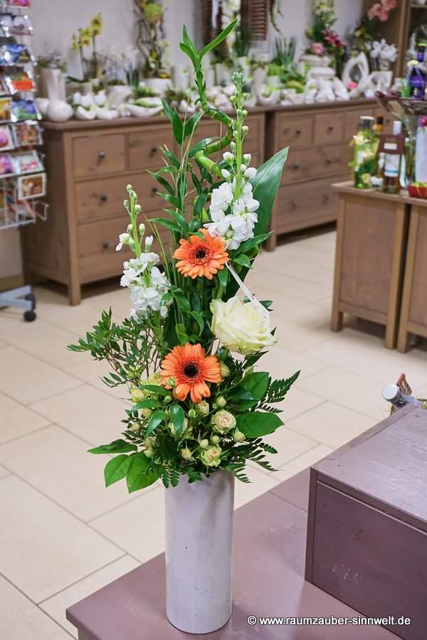 versetzt gebundener Strauß mit Rosen, Levkoje und Gerbera