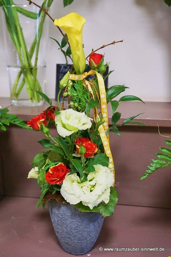Blumengesteck mit Rosen und Calla