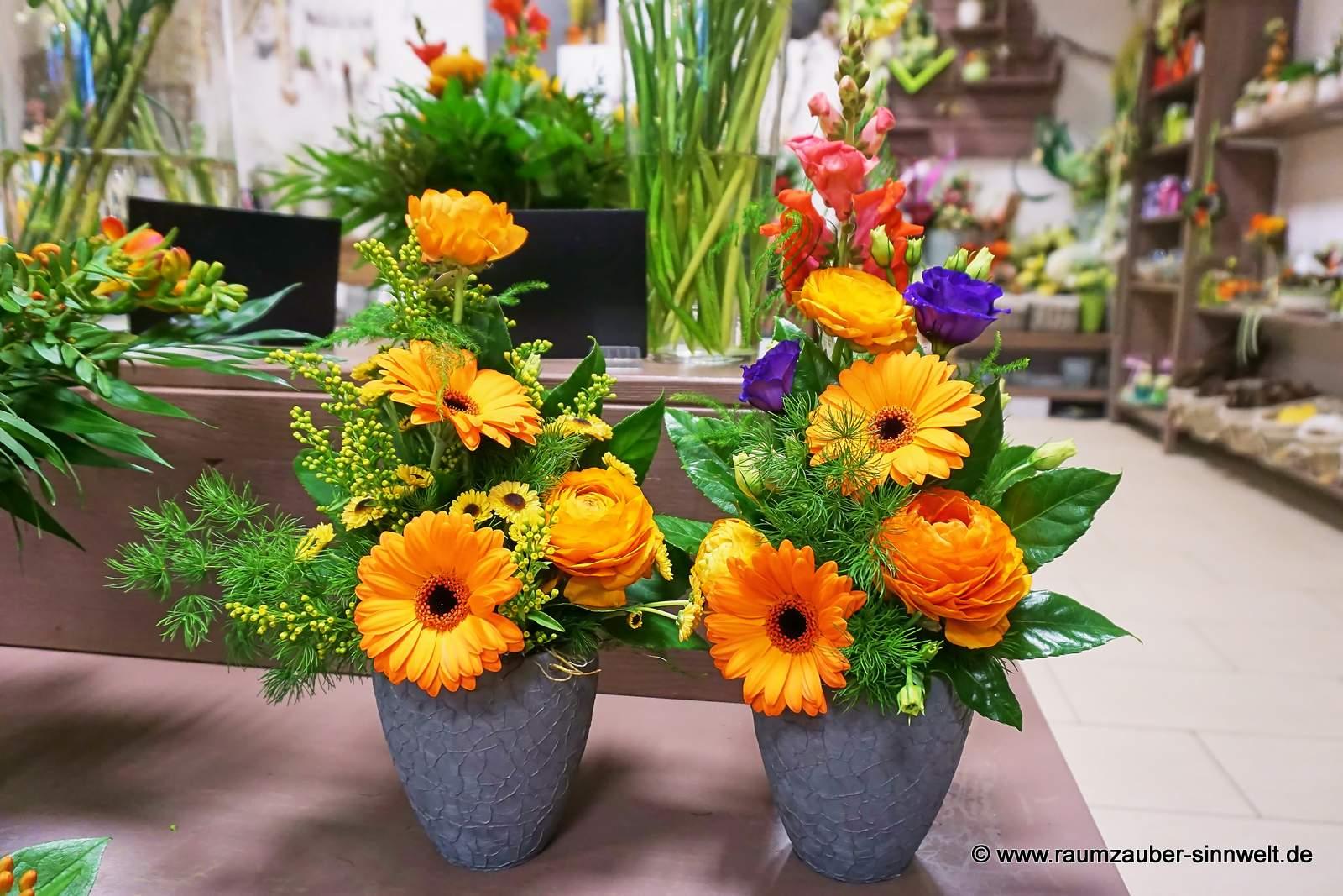 Blumengestecke mit Rosen und Gerbera