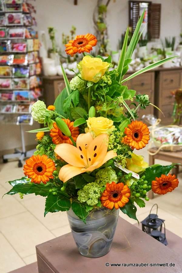 Blumengesteck mit Rosen, Gerbera und Lilien