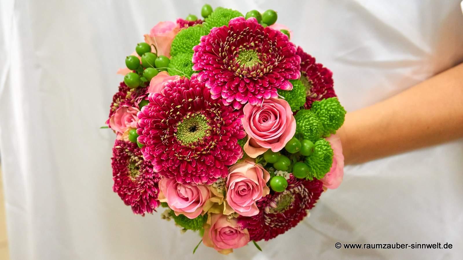 Brautstrauß mit Rosen, Gerbera und Santini