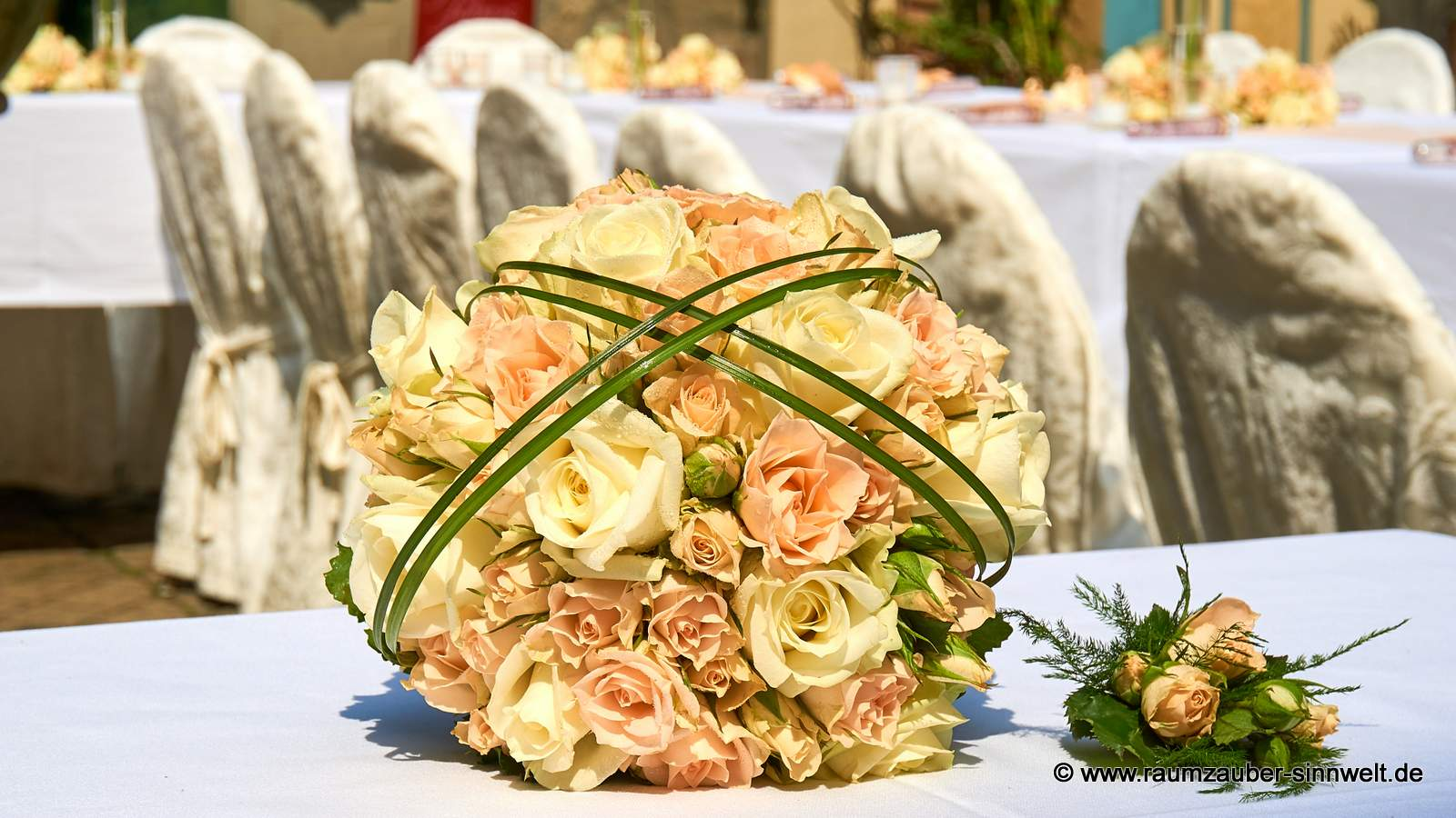Brautstrauß mit Rosen und passendem Herrenanstecker
