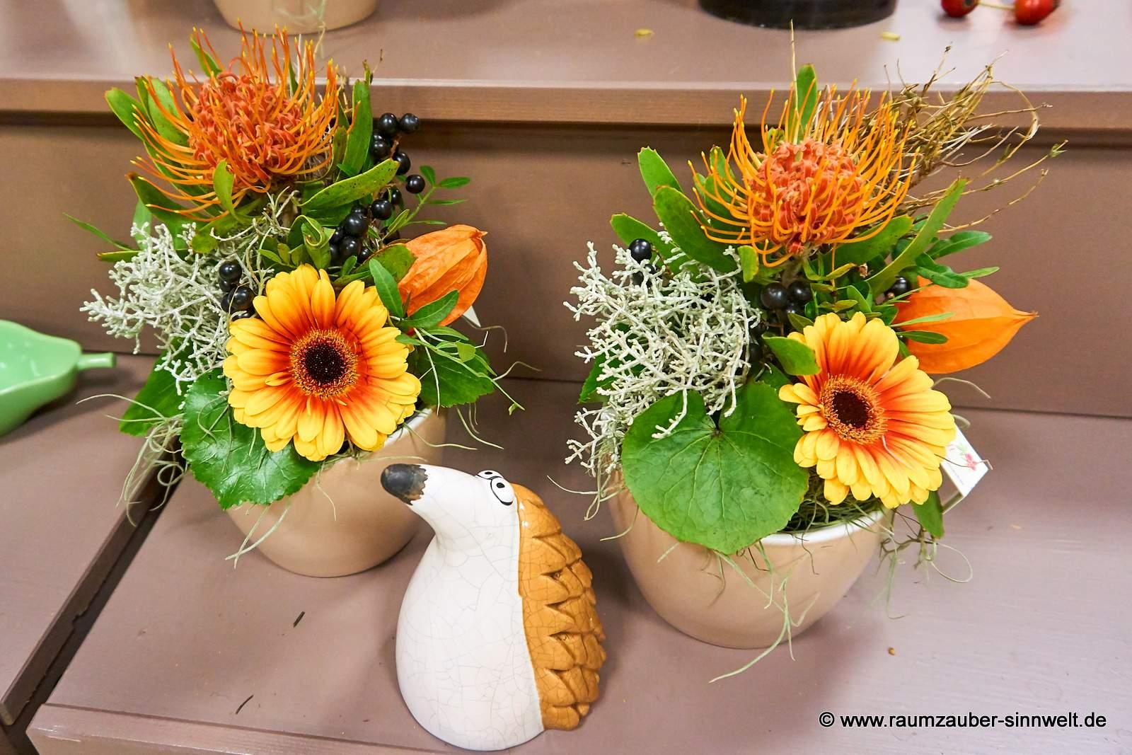 Blumengestecke mit Nadelkissen und Gerbera