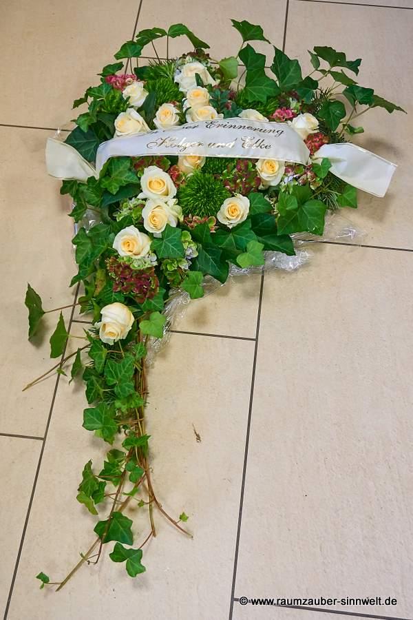Trauerherz mit weißen Rosen und Hortensien