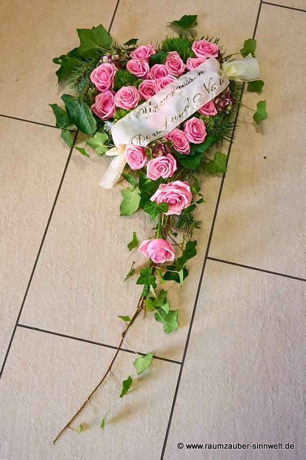 Trauerherz mit rosa Rosen