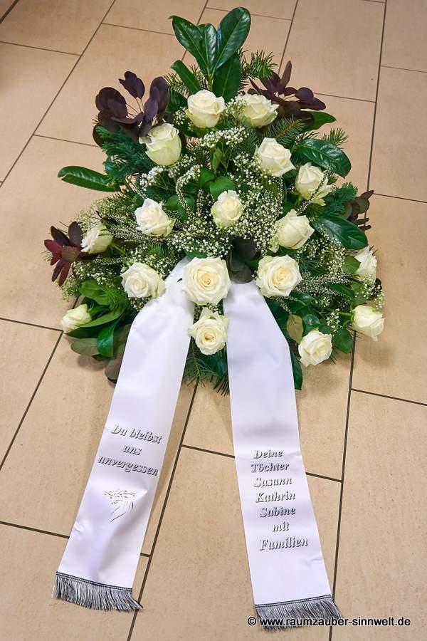 Trauergesteck mit weißen Rosen