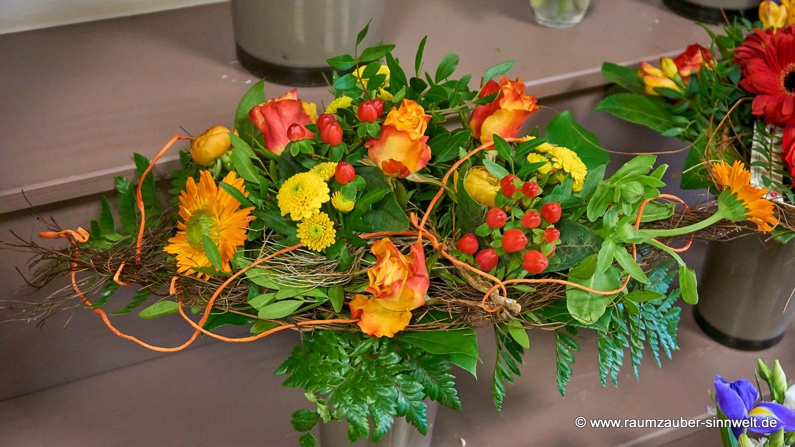 Querstrauß mit Rosen und Gerbera
