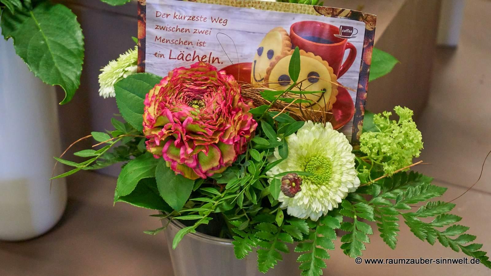 Blumenstrauß mit Kaffeepostkarte