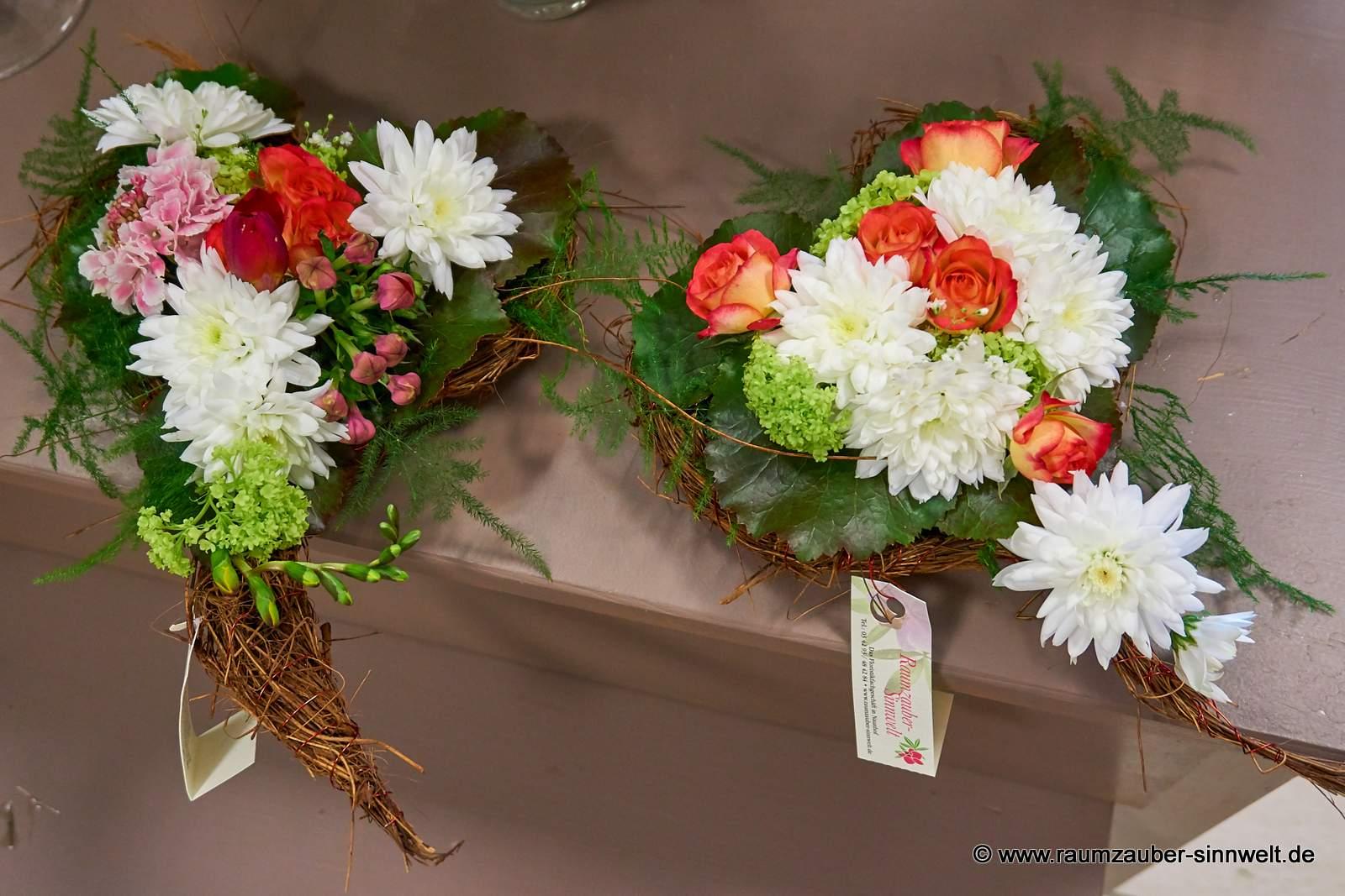 Blumengestecke in Herzform