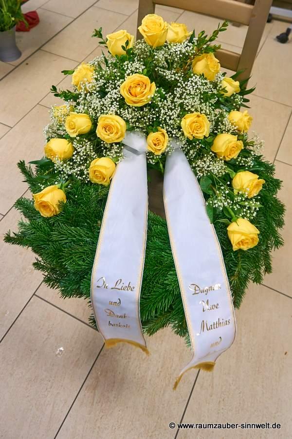 Trauerkranz mit gelben Rosen