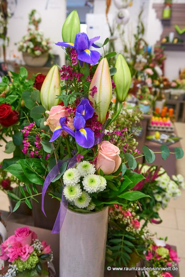 versetzt gebundener Strauß mit Lilien, Rosen und Iris