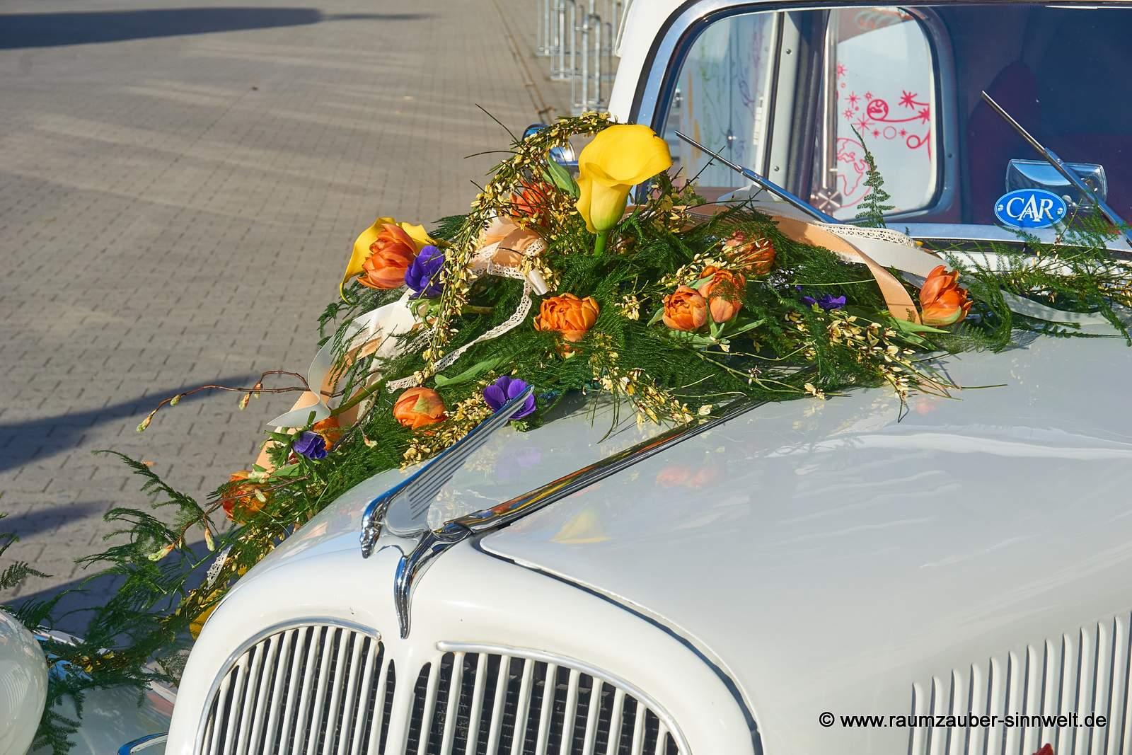 Fahrzeugschmuck aus Calla, Tulpen, Anemonen und Ginster