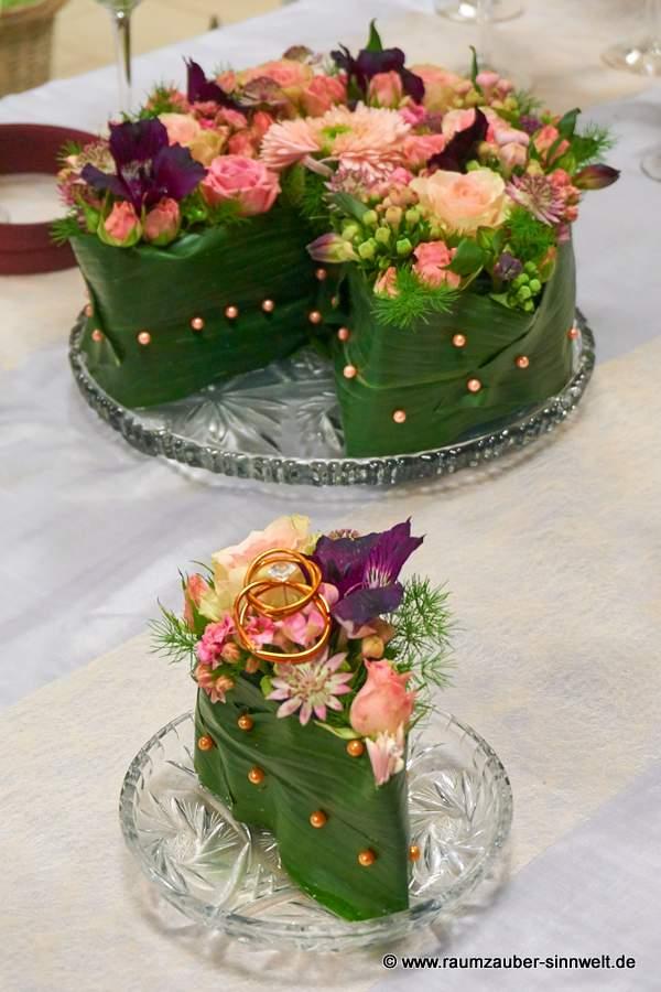 Tischdekoration mit Rosen, Bouvardien und Alstromerien