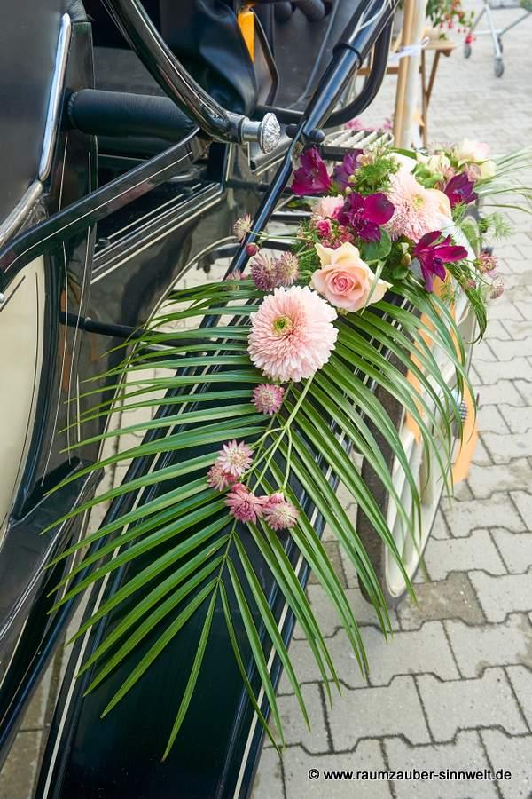 Kutschenschmuck mit Rosen und Gerbera