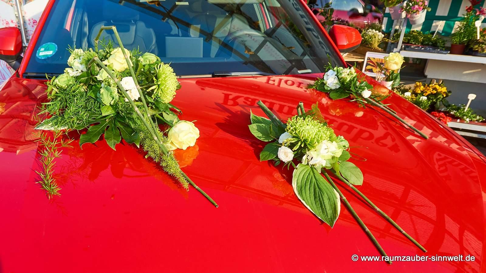 Fahrzeugschmuck aus Rosen und Chrysanthemen