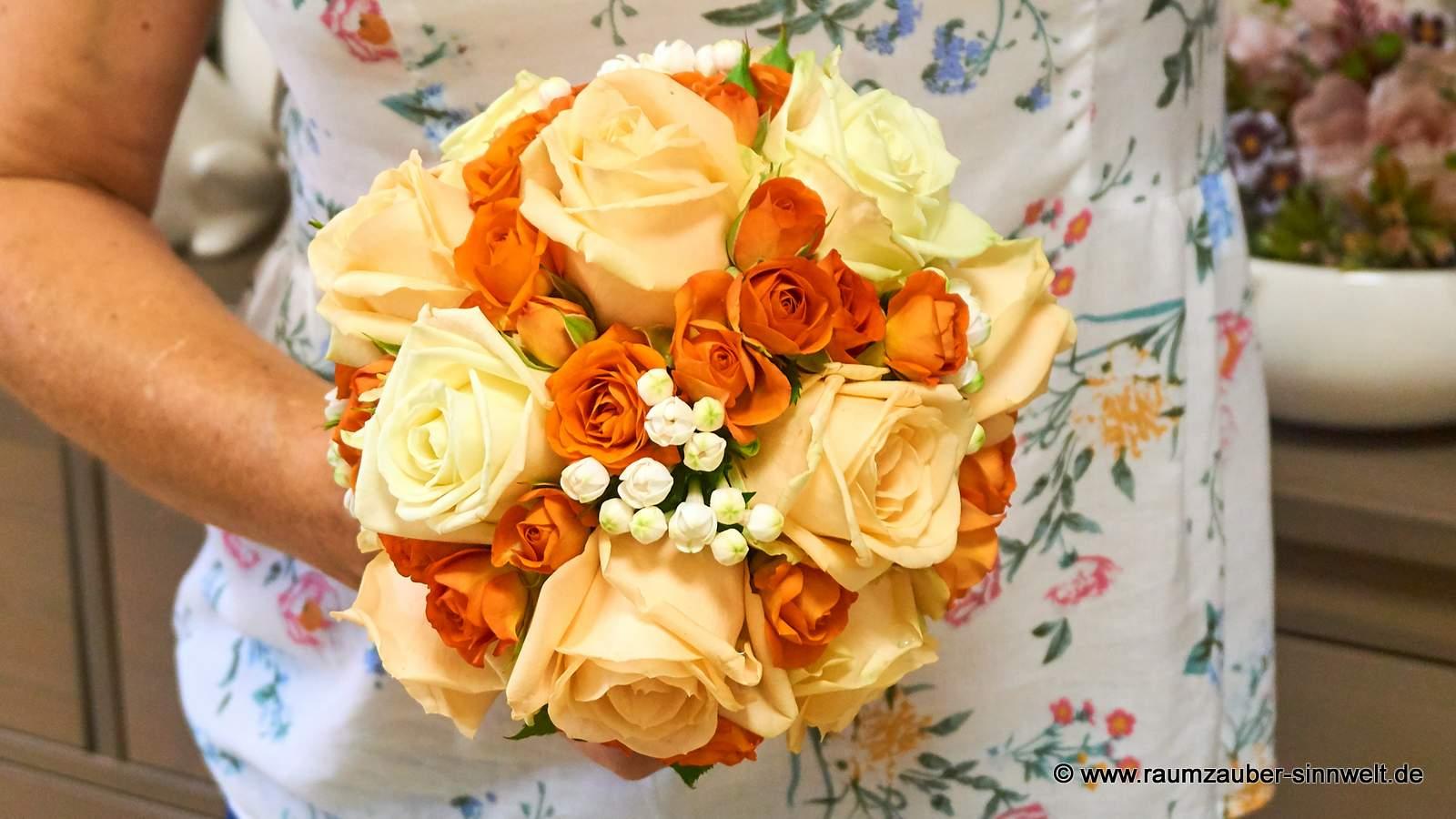 Brautstrauß mit Rosen, Polyrosen und Bouvardien