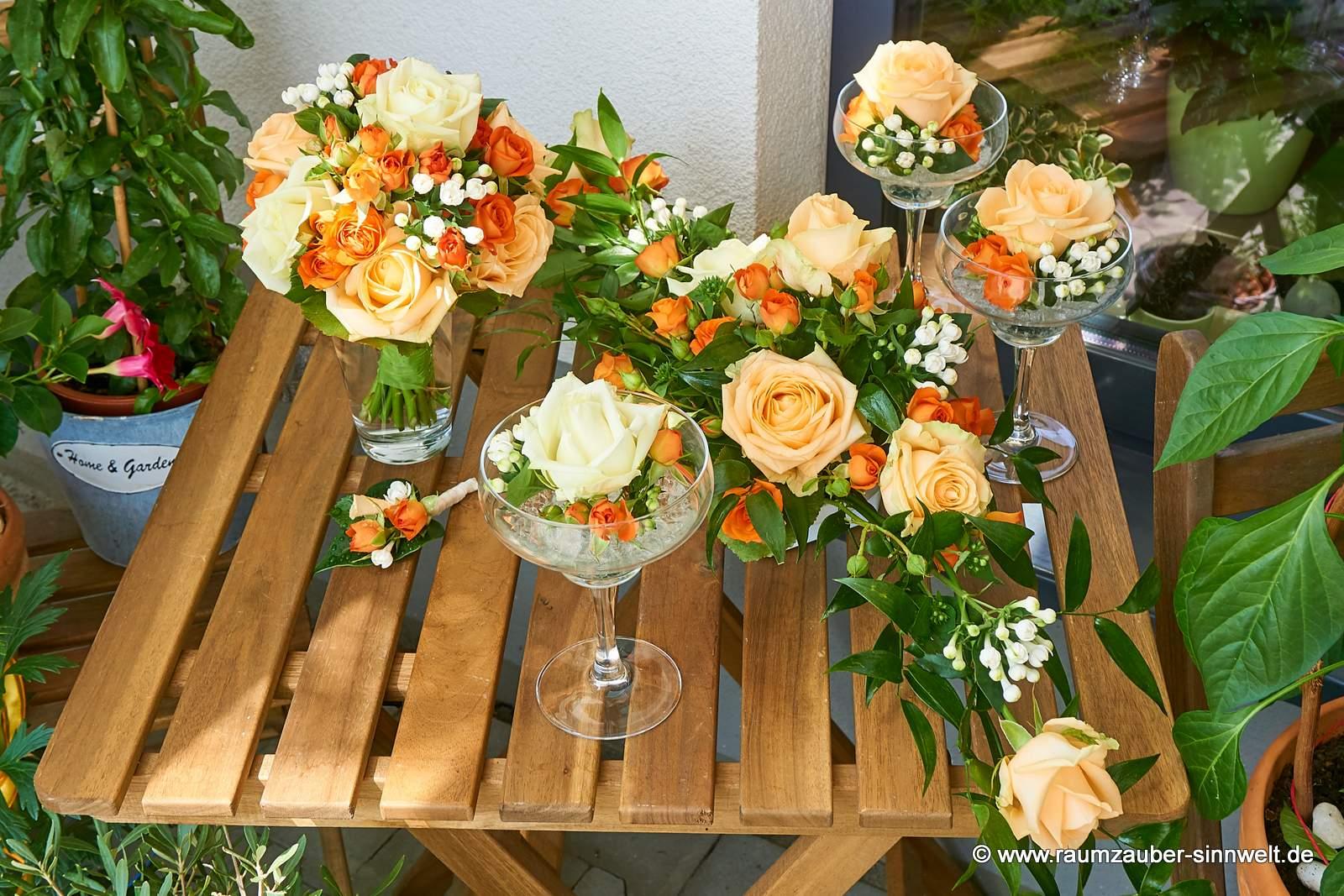Brautstrauß, Herrenanstecker und Tischschmuck mit Rosen, Polyrosen und Bouvardien