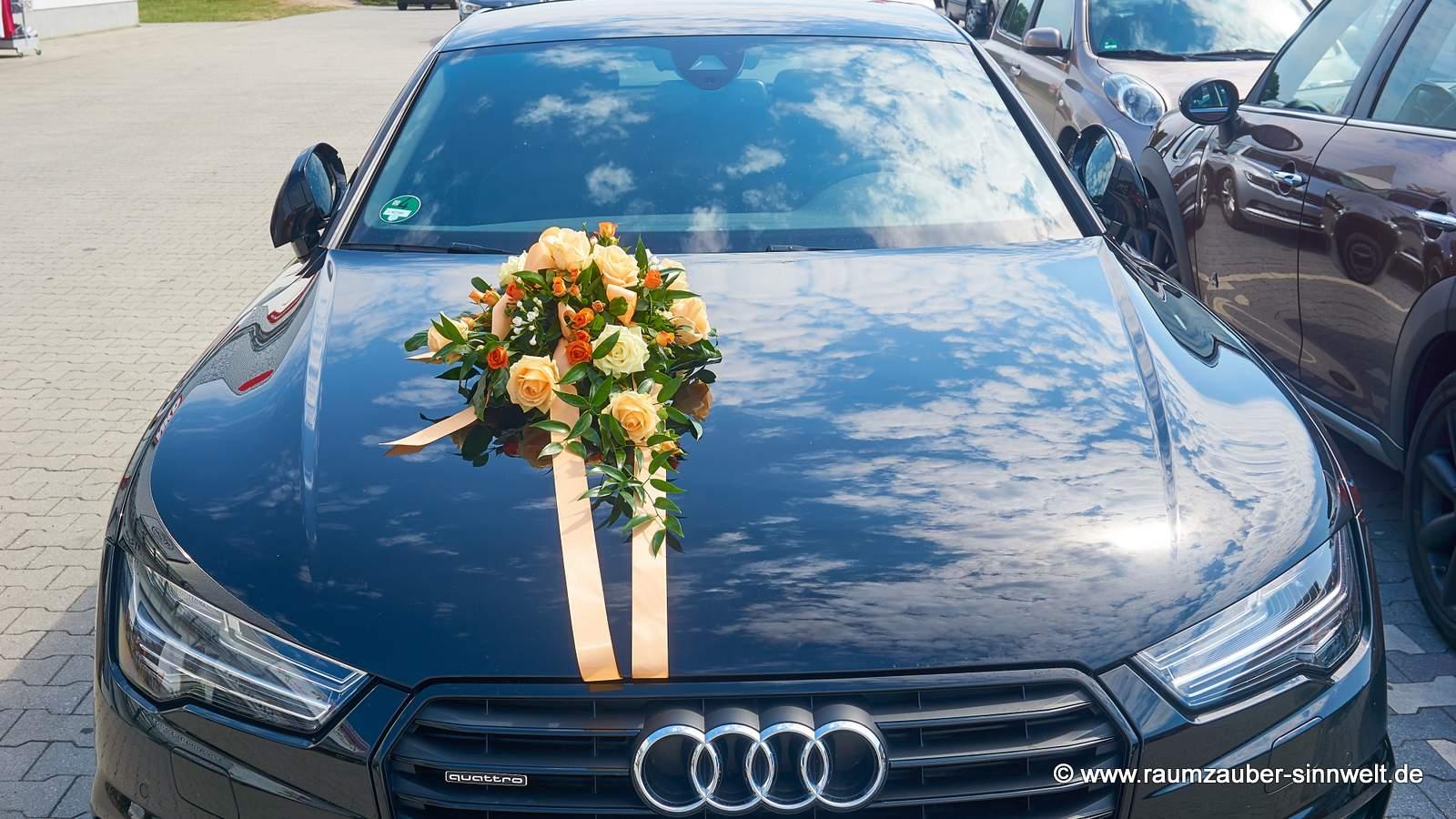 Fahrzeugschmuck mit Rosen, Polyrosen und Bouvardien