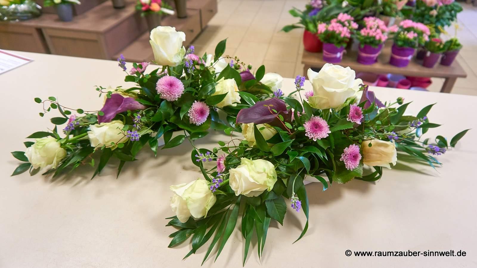 Tischdekoration mit Rosen, Calla, Santini und Lavendel