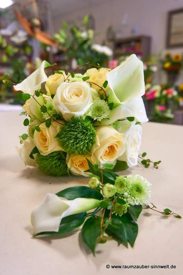 Brautstrauß und Herrenanstecker mit Rosen, Calla und Santini