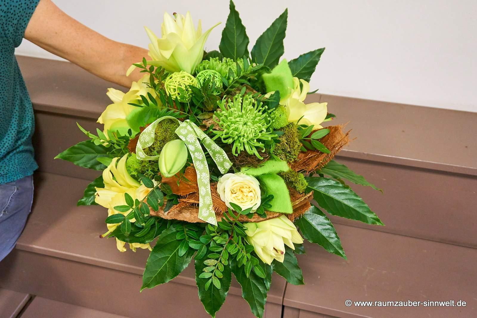 Strauß mit Rosen, Lilien und Chrysanthemen