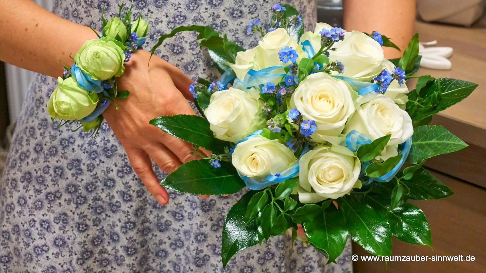 Armband und Brautstrauß mit Rosen und Vergissmeinnicht