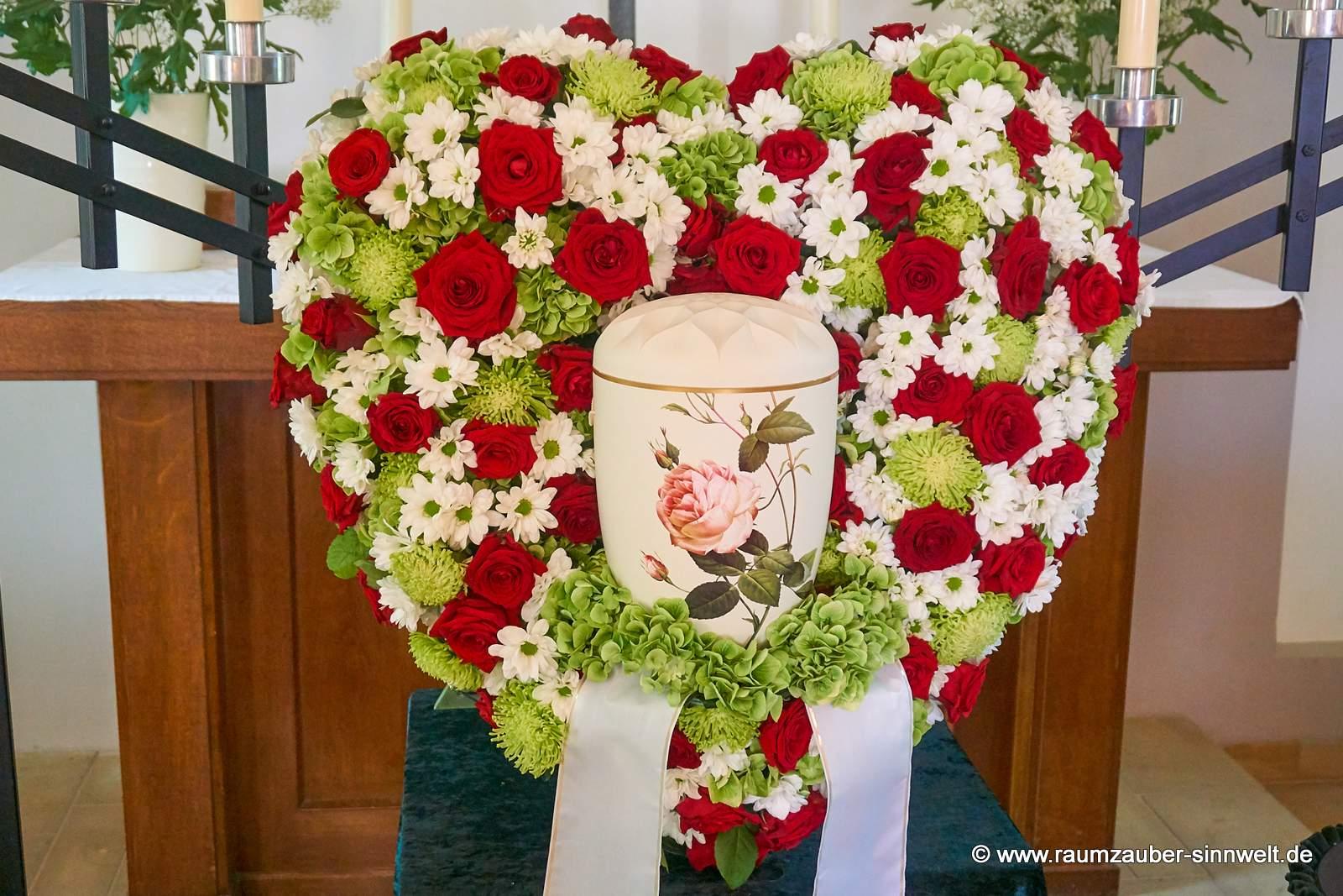 großes Urnenherz mit roten Rosen und weißen Blüten